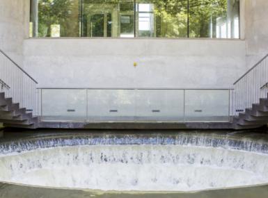 Vatten rinner ner i konstverket vattensnäckan.