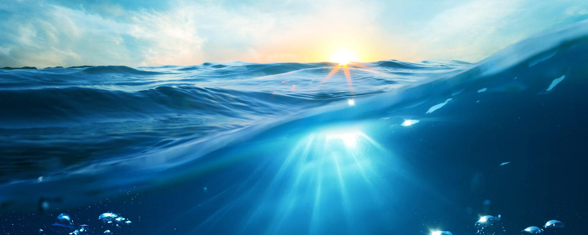 http://Solsken%20som%20skär%20igenom%20vattenytan%20på%20havet
