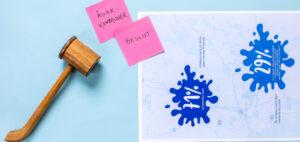 Symbolisk bild på en träklubba, två rosa post-it lappar och dokument.