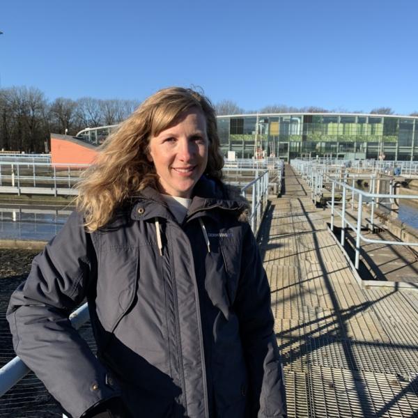 Gryaabs industridoktorand Maria med skivfilteranläggningen i bakgrunden.