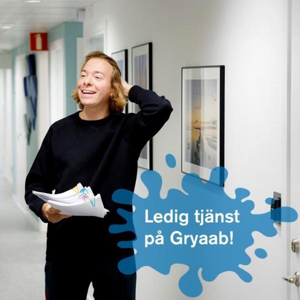 Två personer samtalar i en ljusmålad korridor på Gryaabs kontor.