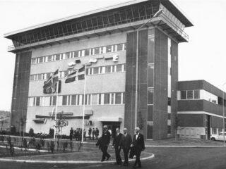 Svartvitt foto på Gryaabs huvudbyggnad från invigningen 1972