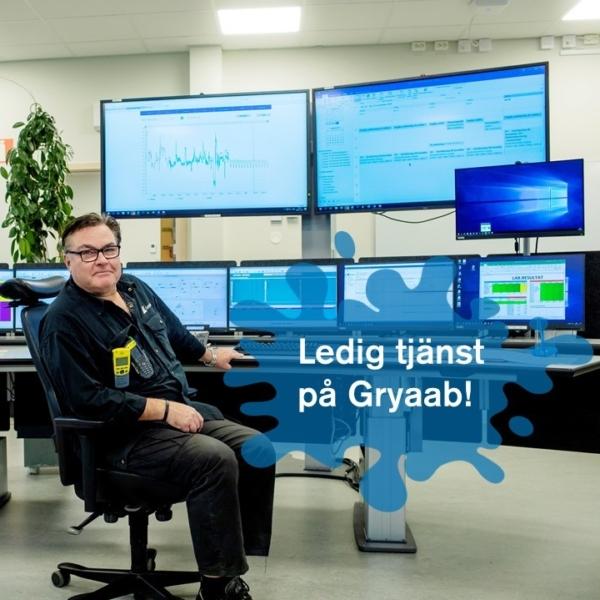 Man sitter i en kontorsstol framför flera stora skärmar i ett kontrollrum.